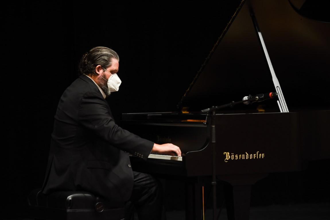 Jazz Pianist Visits Upper School